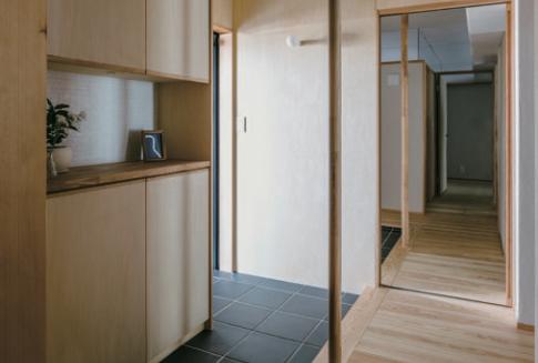 無垢フローリングや塗り壁など材料は自然素材を使用